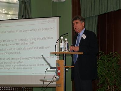 Profesor Andrzej W. Sowa w czasie wystąpienia na konferencji EMD