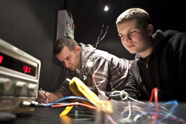 studenci w laboratorium elektrotechniki