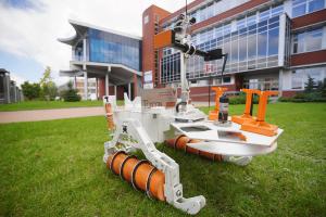 Robot RECON przed budynkiem Wydziału Elektrycznego